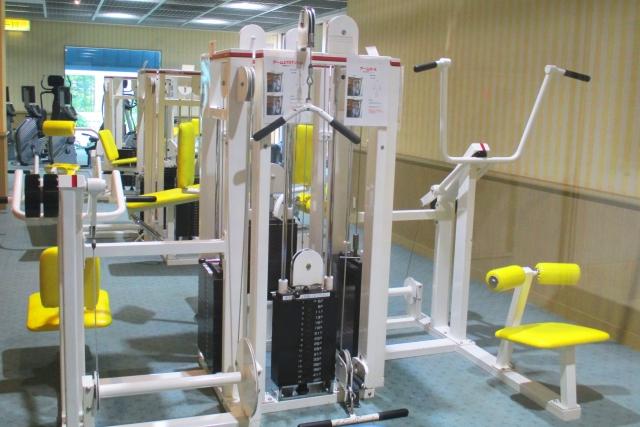 ジムでの筋トレで腕力を鍛えられる器具・メニュー